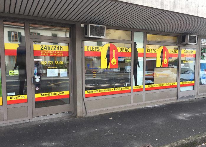Marquage publicitaire sur vitrines. Création du visuel, réalisation et pose des adhésifs sur vitrages.