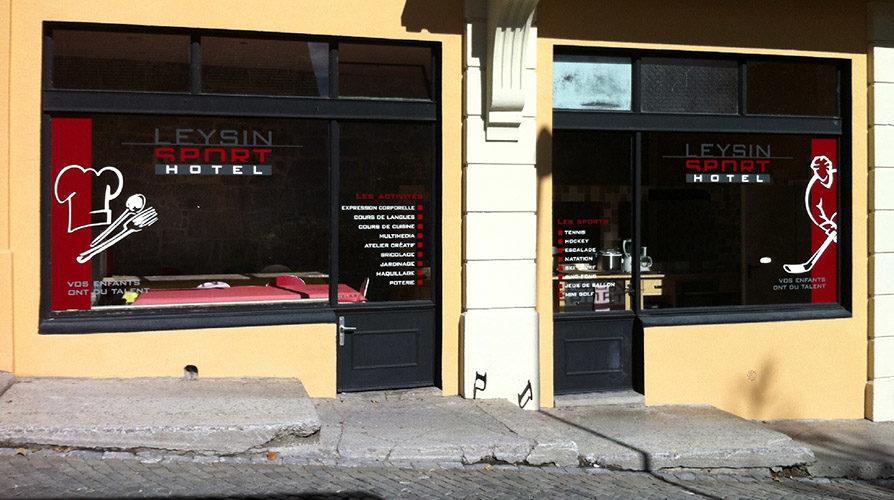 Création pour un hôtel à Leysin. Plusieurs vitrines à thèmes, signalétique intérieure, Identification différente par un dessin de chaque porte. Réalisation des stickers en découpe adhésive.