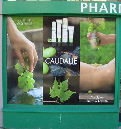 Pose d'une vitrophanie sur vitrine de pharmacie.