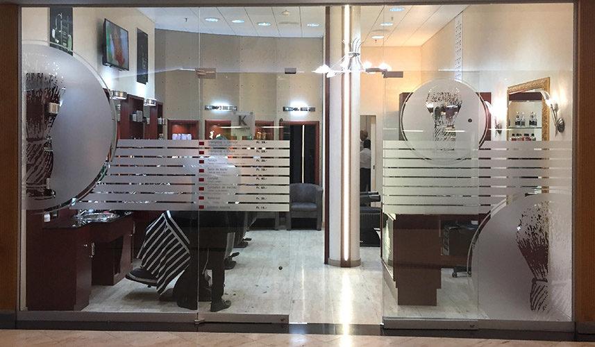 Création du visuel pour vitrine de coiffeur & barbier. Découpe adhésive des logo et sujets en films