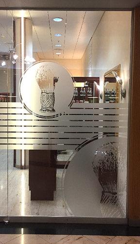 Détail de découpe adhésive sur film occultant verre sablé pour vitrages/fenêtres.
