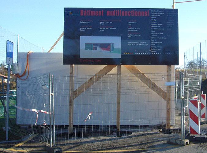 Enseigne de chantier pour la ville de Bernex. Fond de panneau en aluminium, réalisation en autocollant découpé. Mandat d'architecte / Genève.