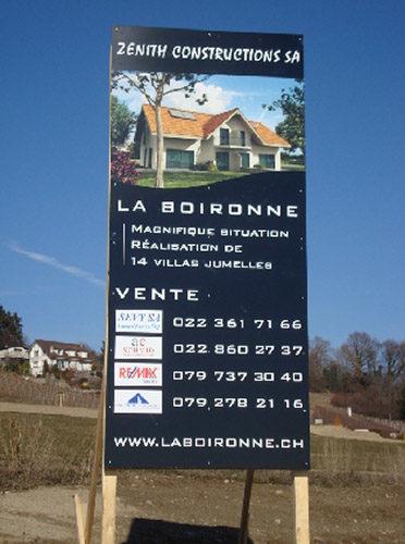 Fabrication d'un panneau de chantier vertical sur fond en DIBOND. Visuel, réalisation et pose. Mandat d'architecte / Vaud.