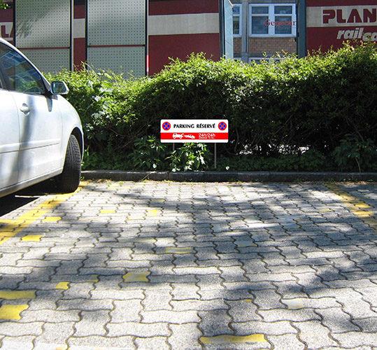 Signalisation extérieure par enseignes de places de parking privé.