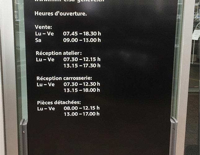 Signalisation des horaires d'un garage sur totem. Sticker découpé blanc.