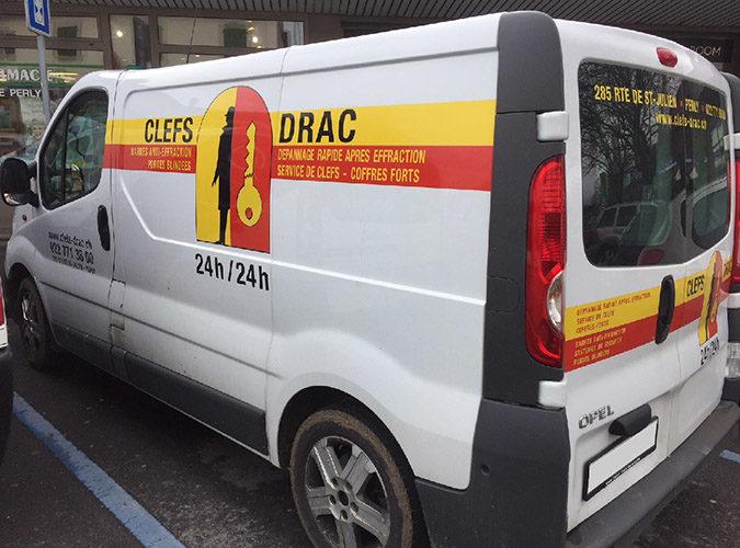 Autocollants publicitaires sur véhicule OPEL VIVARO d'entreprise. Visuel et réalisation de A à Z.