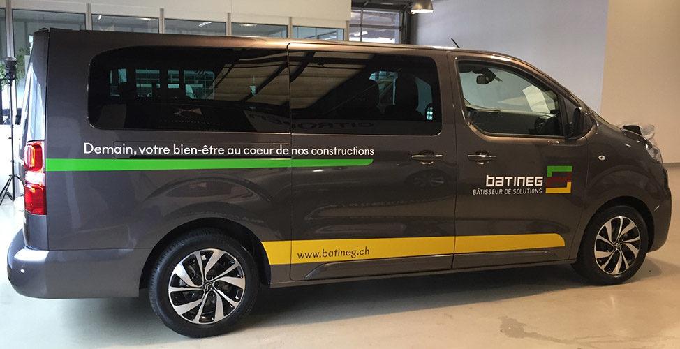 Stickers publicitaires sur Van Citroën. Réalisation des textes et logo en découpe adhésive.