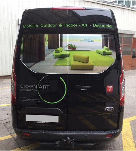 Autocollants publicitaires  sur arrière de Ford Custom. Création du visuel & production des stickers.