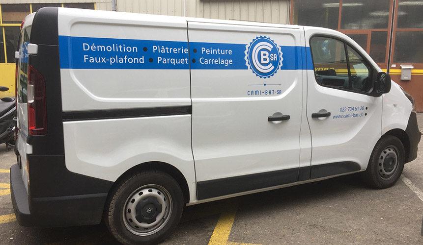Publicité sur camionnette OPEL VIVARO d'entreprise. Réalisation des autocollants, application des stickers, graphisme.