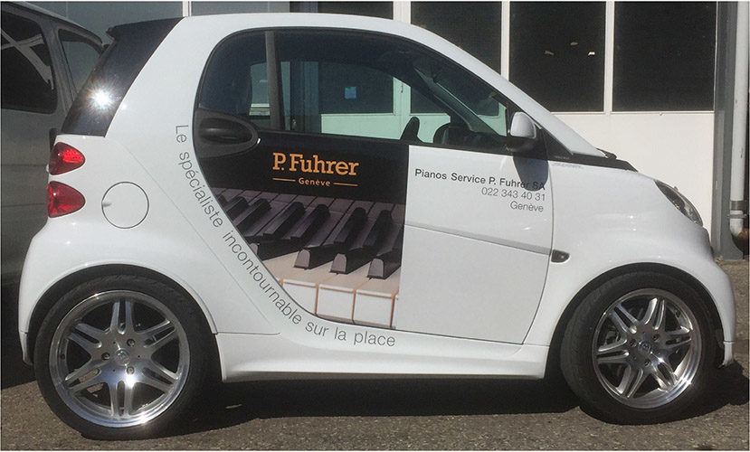 Marquage publicitaire sur véhicule SMART. Découpe adhésive des logo. Impression numérique des photos. Graphisme par nos soins.