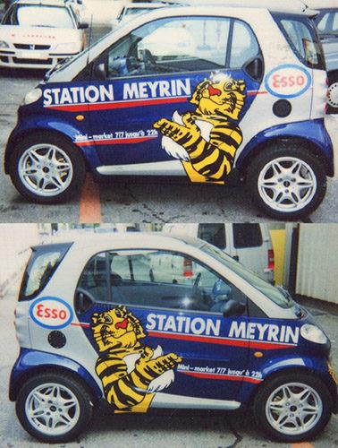 Réalisation publicitaire sur véhicule smart. Découpe des stickers autocollants.