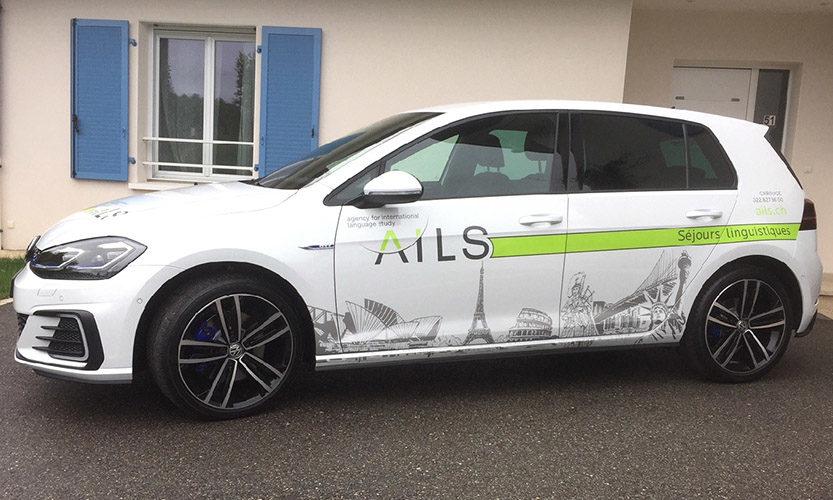 Marquage adhésif sur véhicule VW GOLF. Visuel en adhésif découpé permanent.