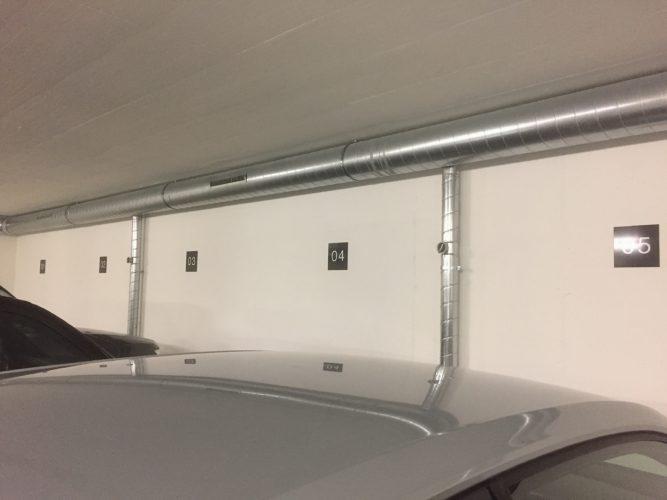 Signalétique intérieure, numérotation de places de parking sur support aluminium.