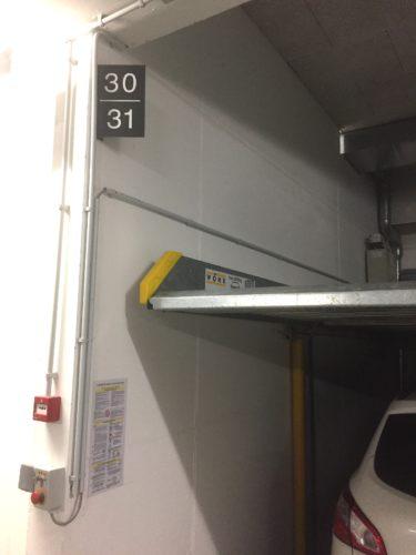 Signalétique intérieure, numérotation de places de parking.