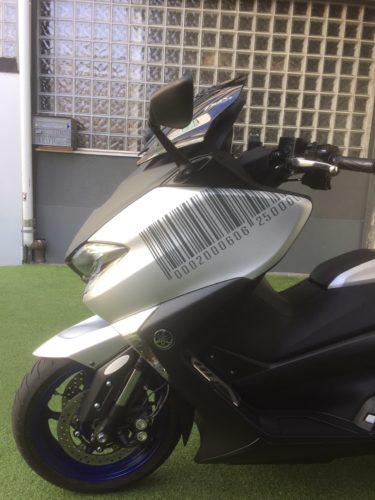 Travail de décoration personnalisée sur scooter. Création du visuel et réalisation en découpe adhésive.