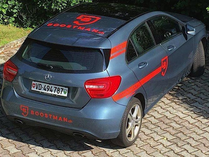 Décoration publicitaire sur voiture Mercedes Classe A.