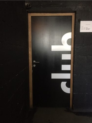 Signalétique intérieure sur porte. Logo adhésif.
