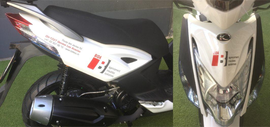 Décoration publicitaire sur scooter. Logo et textes en découpe.