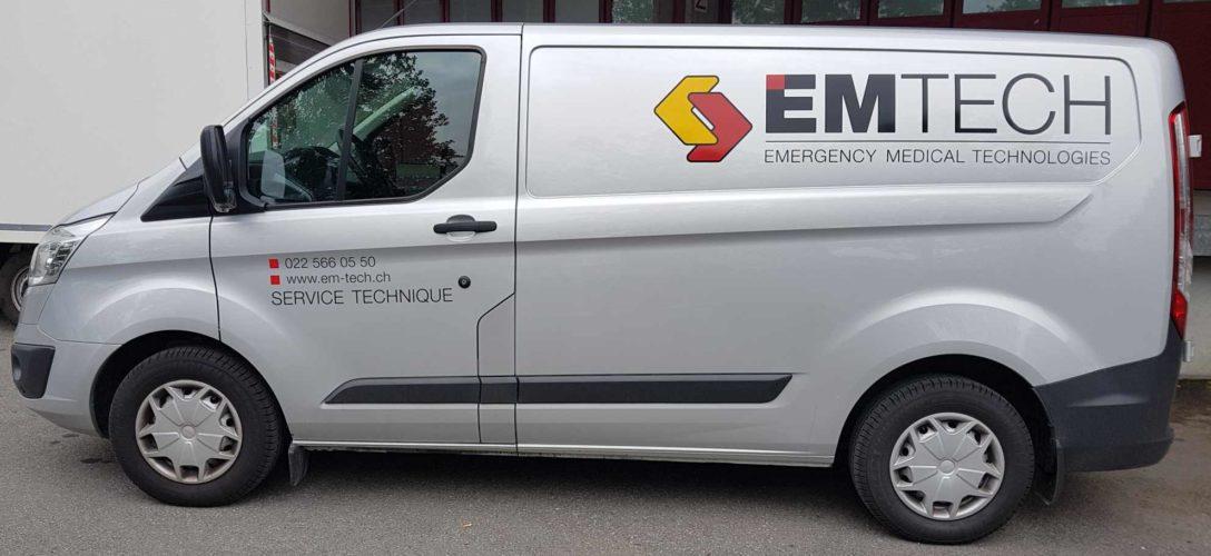 Stickers pour véhicule de livraison EMTECH. Création du logo et du visuel sur Ford CUSTOM. Production et application des autocollants.