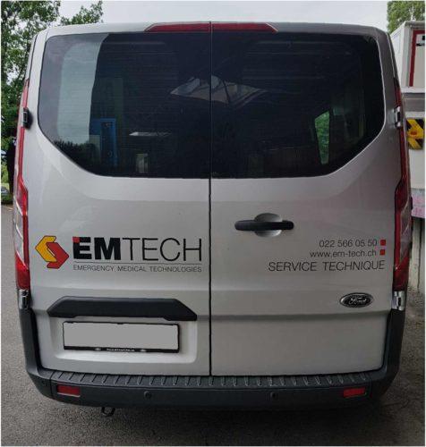 Stickers pour véhicule de livraison EMTECH. Visuel arrière. Production et application des autocollants.