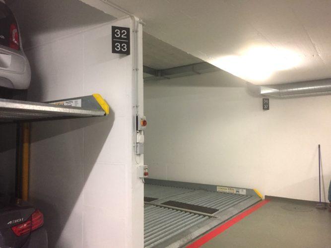 Signalétique de parking sur support aluminium, avec un pliage adapté de certaines enseignes pour une bonne visibilité. Pose par double face fort et visserie.