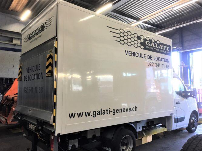 Publicité sur véhicule utilitaire NISSAN NV400. Production en découpe des autocollants, application / pose.
