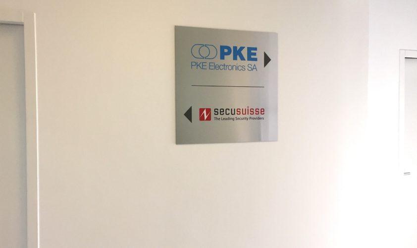 Enseigne de signalétique pour hall d'entrée d'entreprise, sur fond aluminium brossé. Réalisation et visuel par nos soins.