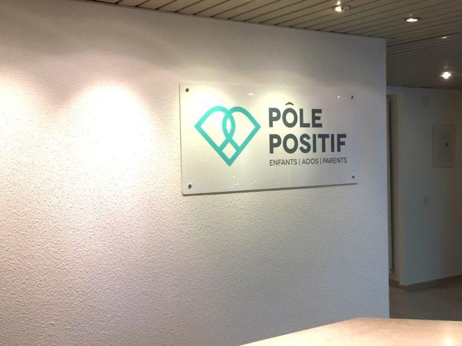 Réalisation pour un cabinet médical, d'un logo sur enseigne Plexiglas.