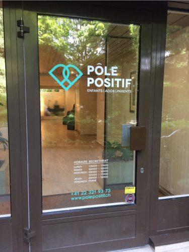Marquage sur porte d'entrée d'un cabinet médical. Logo, horaire et coordonnées. Travail de découpe adhésive.